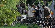 Люди на Кукийском кладбище в центре столицы Грузии