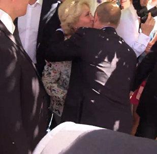 Владимир Путин пообщался с группой туристов на Арбате в Москве