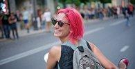Девушка с красными волосами на мотороллере