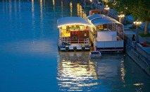 Плавучий ресторан на реке Кура в центре Тбилиси