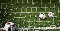 Мячи в воротах на футбольном поле