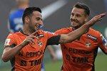 Игроки Урала Георгий Чантурия (слева) и Николай Димитров радуются забитому мячу в матче 2-го тура чемпионата России по футболу