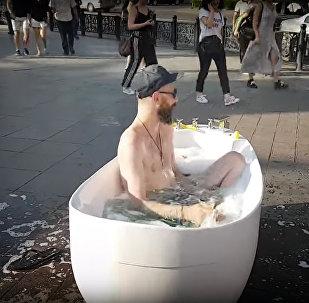 Ванна в центре Тбилиси: спасение от жары, реклама или протест?