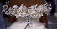 Модель за кулисами в свадебном платье из туалетной бумаги перед показом мод в Нью-Йорке, США
