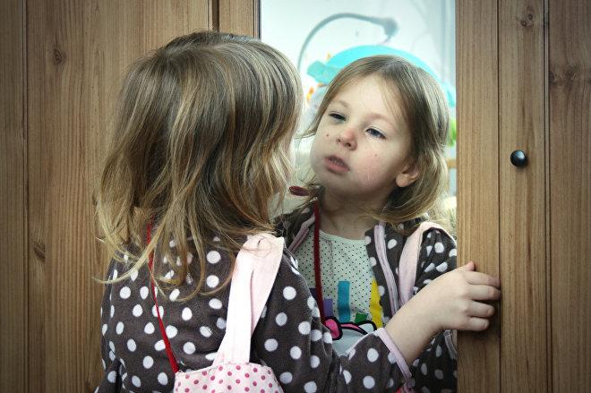 ბავშვი ჩალურჯებული თვალით სარკეში იყურება