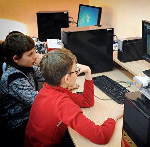 Дети сидят за компьютером