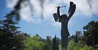 28-метровая статуя Победы в парке Ваке в Тбилиси