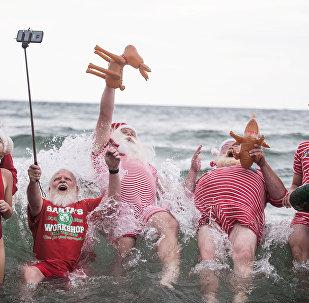 Более 150 рождественских персонажей из разных уголков планеты съехались в столицу Дании на юбилейную встречу Всемирного конгресса Санта-Клаусов