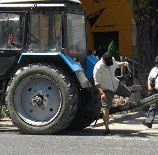 Оставил трактор на зебре в центре Бишкека и ушел на обед — гений парковки