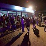 Десятки журналистов находились у здания телекомпании во время пожара, ожидая информации о происходящем