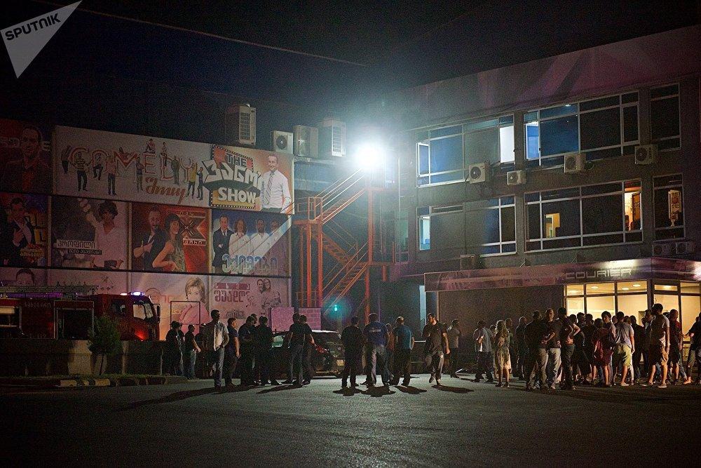 После того как в СМИ появились первые новости о пожаре, к зданию телекомпании Рустави 2 сразу приехали многие сотрудники ТВ