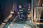 Сотрудники пожарной службы ликвидируют пожар в здании телекомпании Рустави 2