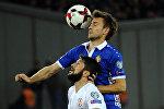 Георгий Наваловски отбивает мяч во время отборочного футбольного матча Европейской сборной Европы по футболу 2018 года в Грузии