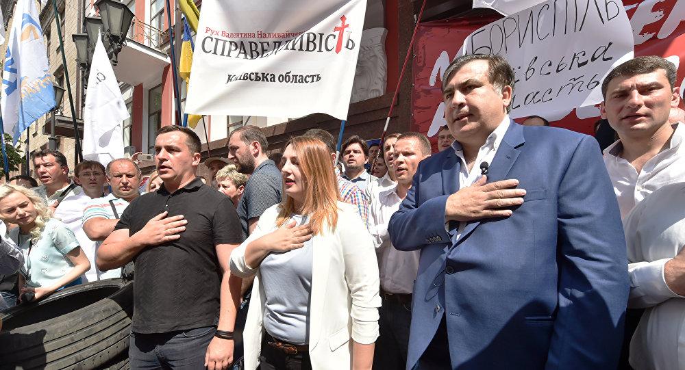 Саакашвили потроллил Порошенко своими фотоснимками сТрампом, Керри иКлинтон