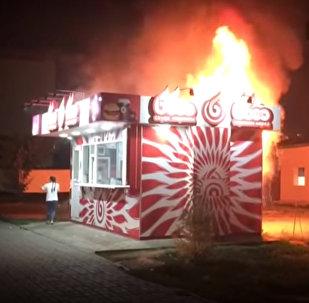 Гигантское барбекю: пожар уничтожил киоск с фастфудом