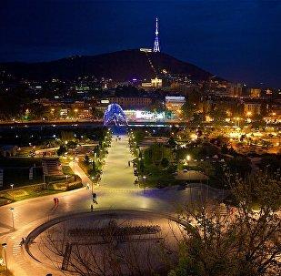 Ночной вид на центр Тбилиси и парк Рике