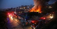 Пожар, вызванный ударами молнии, в Стамбуле, Турция