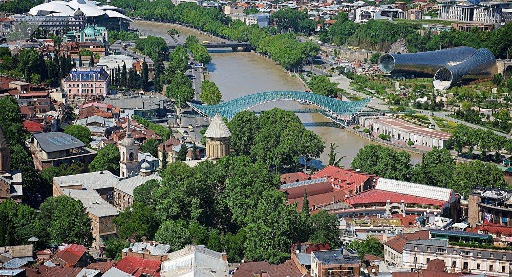 Вид на центр Тбилиси - мост Мира, собор Сиони, новый концертный зал и парк Рике
