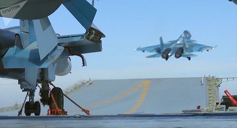 Истребитель Су-33 производит взлет с палубы тяжёлого авианесущего крейсера Адмирал Флота Советского Союза Кузнецов у берегов Сирии в Средиземном море