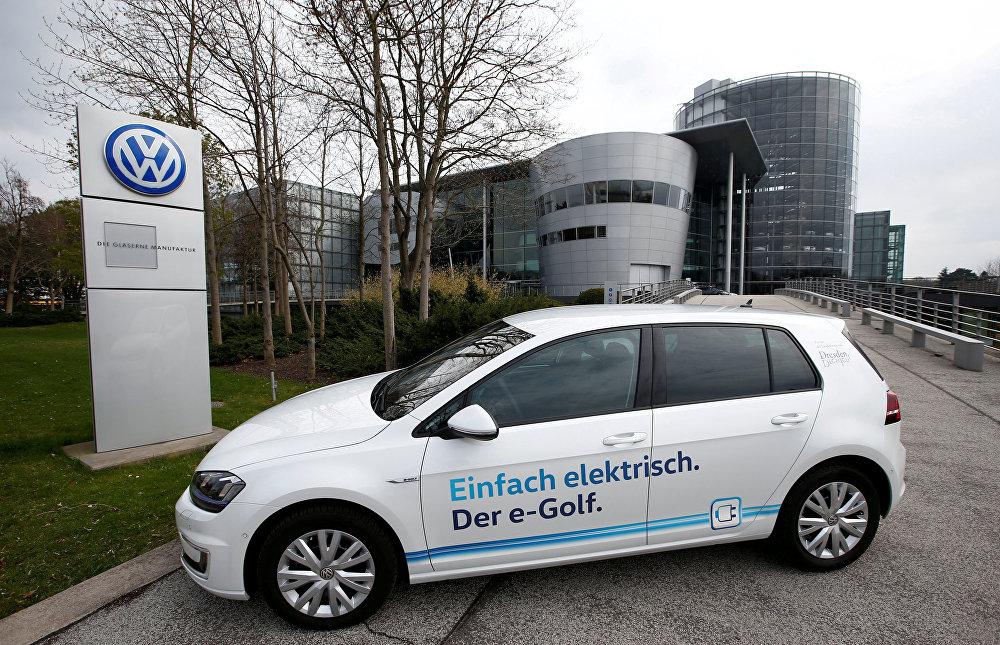 Радикальный стратегический разворот совершил в 2016 году крупнейший автостроитель Европы - Volkswagen. До 2025 года компания заявила о намерении разработать 30 моделей электромобилей и гибридов. Принципиально новая платформа для автомобилей с электромотором I.D. уже готова. Производство на ее основе начнется к 2020 году. Аналог VW Golf сможет проехать без подзарядки до 600 километров и будет стоить как и бензиновая модель