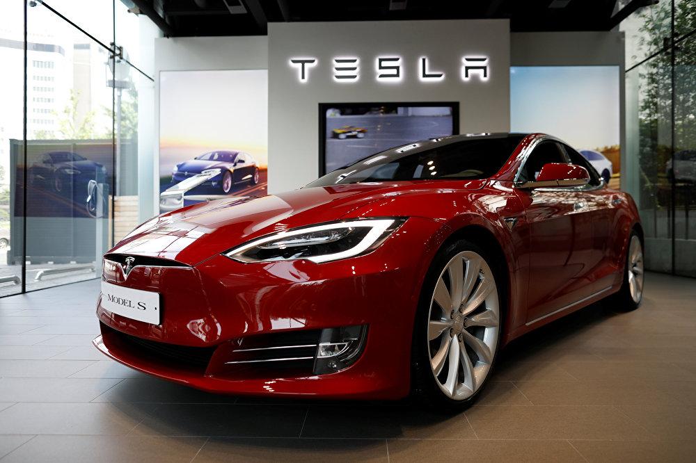 Пока же в премиум-классе лидирует самый популярный в мире электромобиль - продаваемая с 2012 года Model S американской компании Tesla Motors. В 2017 году калифорнийский завод Tesla должен начать серийный выпуск электромобиля среднего класса. Model 3 будет стоить 35 тысяч долларов. На нее уже поступило 400 тысяч заказов