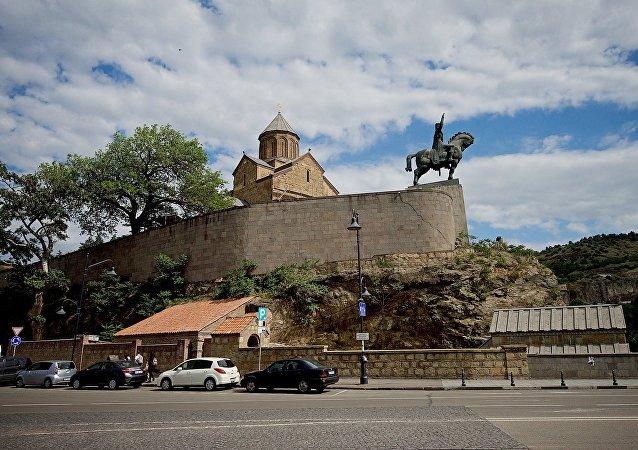 Памятник Вахтангу Горгасали и Метехская церковь в историческом центре Тбилиси