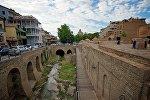 Вид из старого города на ущелье Легвтахеви в центре Тбилиси