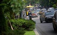 Движение машин по проспекту Руставели в центре Тбилиси