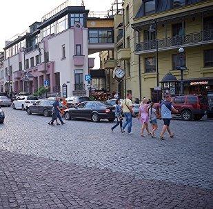 ტურისტები სეირნობენ თბილისის ისტორიულ ცენტრში