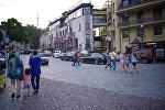 Туристы гуляют по историческому центру Тбилиси