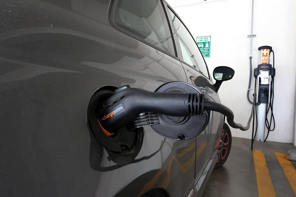 Зарядиться солнцем предлагают бесплатные электрозаправки, которые устанавливают теперь на парковках многих супермаркетов в США. Маркетинговый расчет очевиден: пока электромобиль подзаряжается, его владелец закупается. А электричество поступает прямо с крыши магазина, где ритейлер установил солнечные батареи