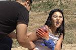 Как оказать первую помощь красивой девушке в горах