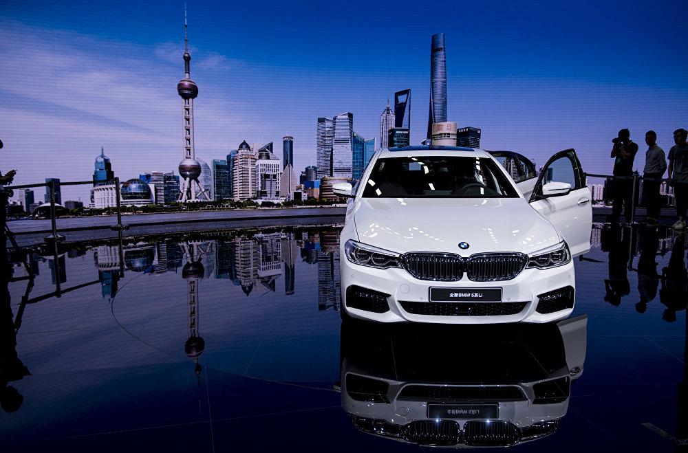 В премиум-сегменте в борьбу за богатых китайских автомобилистов включился и немецкий концерн BMW. Весной 2016 года он представил на автосалоне в Пекине компактную модель BMW i3 с электрическим мотором и спортивный гибрид BMW i8, который стоит в Германии 130-145 тысяч евро. BMW также назвала наращивание производства электромобилей одним из своих приоритетов