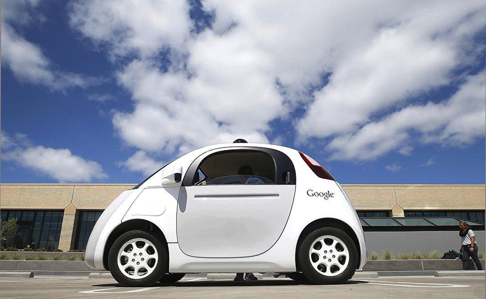 Сегодня одно из направлений разработок мирового автопрома и IT-компаний также является автономное вождение. Один из первопроходцев в этой области - компания Google. Сначала американский интернет-гигант экспериментировал с японской моделью Toyota Prius, а к концу 2014 года представил собственный электромобиль без руля и педалей. И продолжает экспериментировать дальше