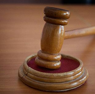 Молоток судьи в зале судебных заседаний