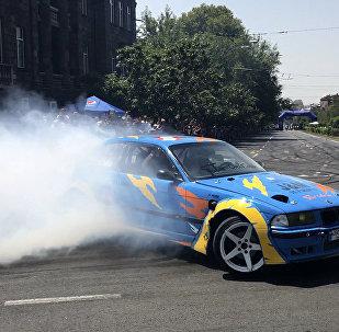 Дрифт-шоу в центре Еревана: экстремальное вождение и трюки