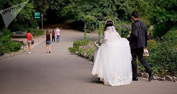Молодожены гуляют по аллеям тбилисского Ботанического сада