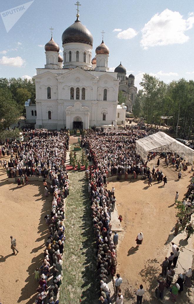Церемония захоронения мощей Преподобного Серафима Саровского в Троицком соборе Серафимо-Дивеевского женского монастыря