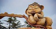 Сказочная фигура женщины-великанши у входа в Мтацминдский парк