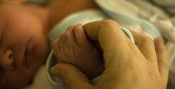 ახალშობილისა და დედის ხელები