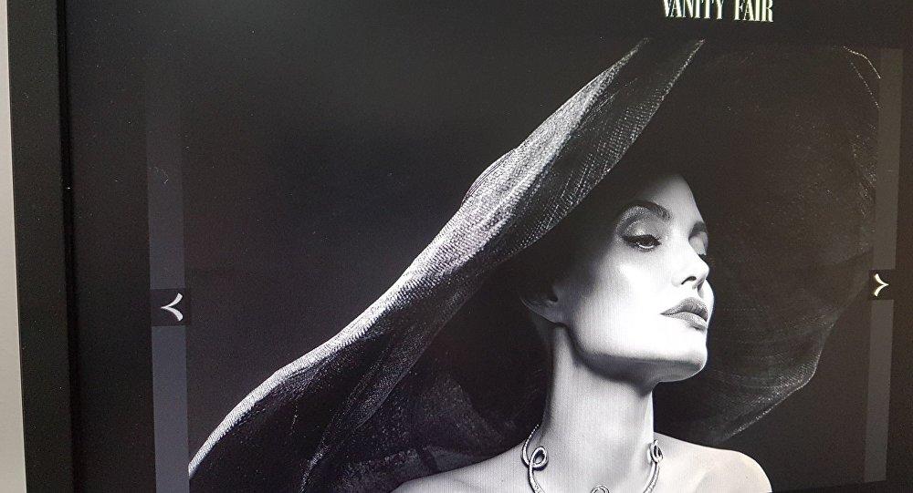 Голливудская актриса Анджелина Джоли в шляпе от дизайнера Джабы Диасамидзе