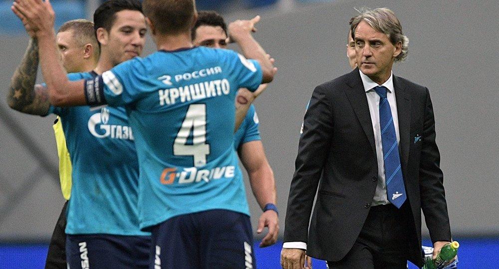 Справа - главный тренер ФК Зенит Роберто Манчини