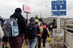 Мигранты, ищущие убежища в Соединенных Штатах, отправляются на границу между США и Мексикой на перевале Эль Чапаррал в Тихуане, Мексика