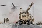 Вооруженные силы США оценивают ущерб, нанесенный бронетранспортеру воинской коалиции под руководством НАТО после теракта-самоубийства в провинции Кандагар, Афганистан