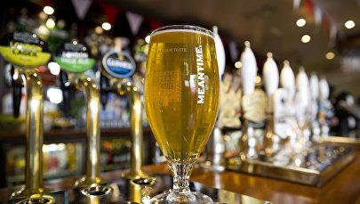 Стакан пива на барной стойке