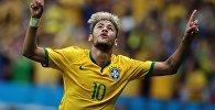 Игрок сборной Бразилии Неймар радуется забитому голу