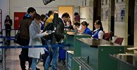 Туристы перед отлетом на стойке регистрации на рейс в Тбилисском международном аэропорту