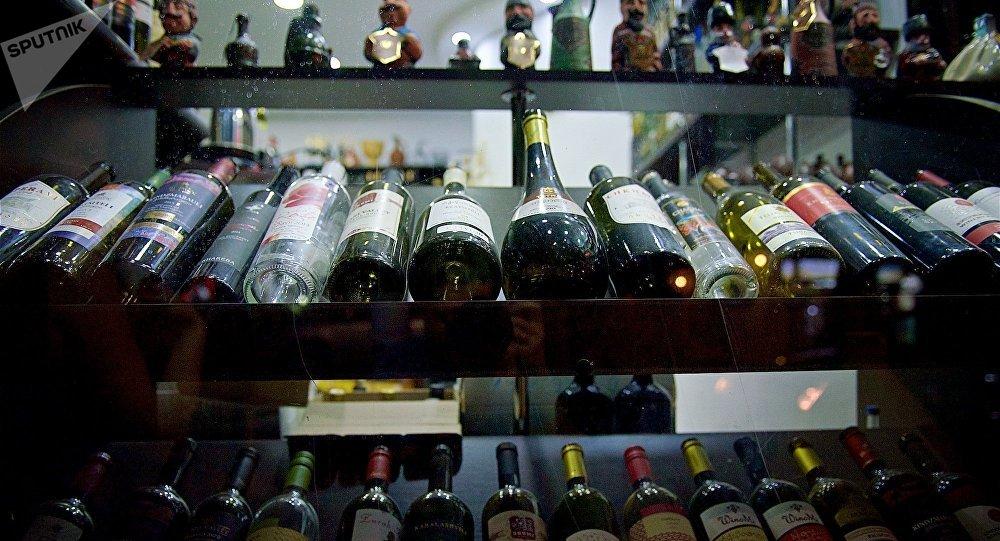 Грузинские вина на полке в магазине