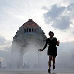 Площадь Республики находится в самом центре Мехико. На этой площади располагается Монумент Революции, построенный в самом начале ХХ века. С восточной стороны у Монумента располагаются фонтаны, вечером подсвечивающиеся разными цветами и с брызгающими в разном ритме струями. Для местного населения фонтан является развлечением - через него они бегают, стараясь не вымокнуть. Так как иногда струи полностью стихают