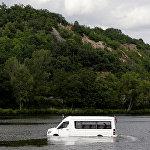 По главной реке Праги, Влтаве, курсирует необычный транспорт. Изобретатель превратил сухопутный микроавтобус в амфибию, и теперь предлагает пассажирам прокатиться таким необычным способом